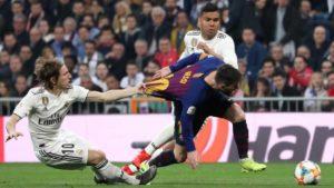 Lionel Messi w akcji przeciwko zawodnikom Real Madryt.